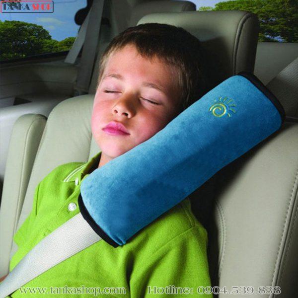 Gối tựa đầu gắn dây an toàn trên xe hơi ô tô